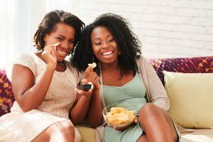 Cichas en casa comiendo patatas