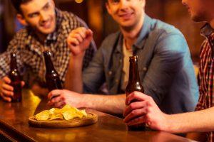 Cichos en un bar tomando patatas